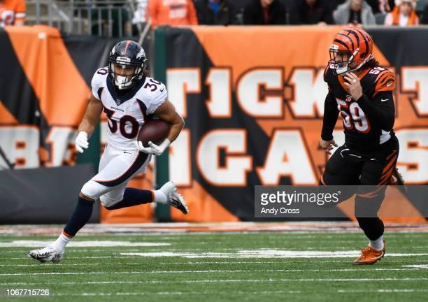 Denver Broncos running back Phillip Lindsay gets around the outside of Cincinnati Bengals outside linebacker Nick Vigil in the first quarter at Paul...