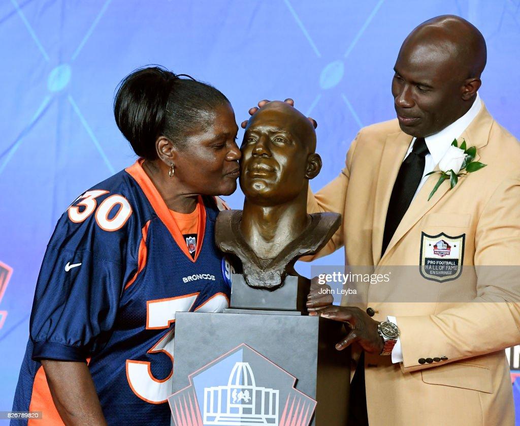 new styles 495cc 72464 Denver Broncos Terrell Davis looks on as his mom Kateree ...