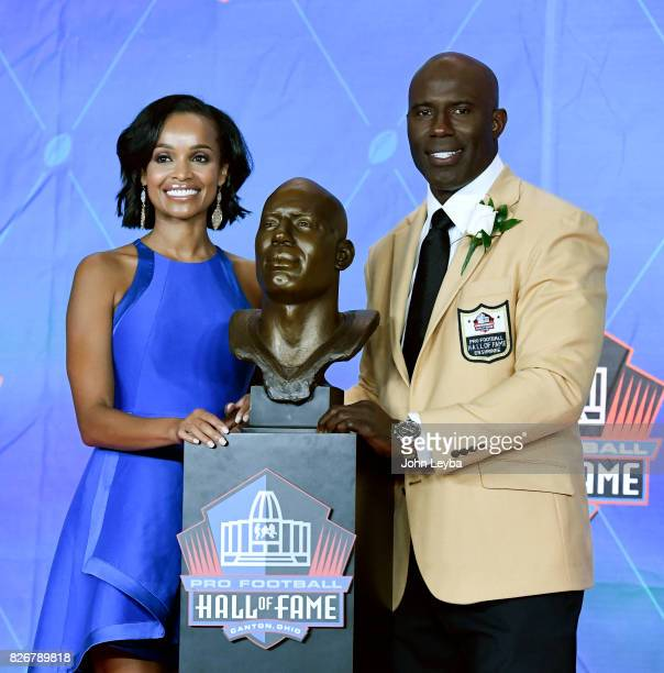 Denver Broncos Terrell Davis poses with his Tamiko Davis as they stand by his bust at the Pro Football Hall of Fame Enshrinement ceremony on August 5...