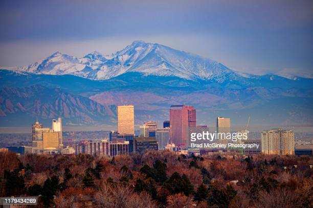 denver cityscape with mount meeker and longs peak - denver photos et images de collection