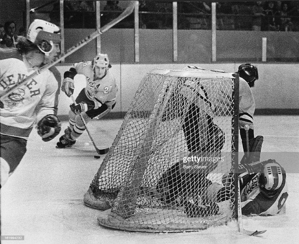 FEB 1973, FEB 5 1973, FEB 9 1973; Denver University * Ice Hockey (Action); Sticky Situation at Huski : News Photo