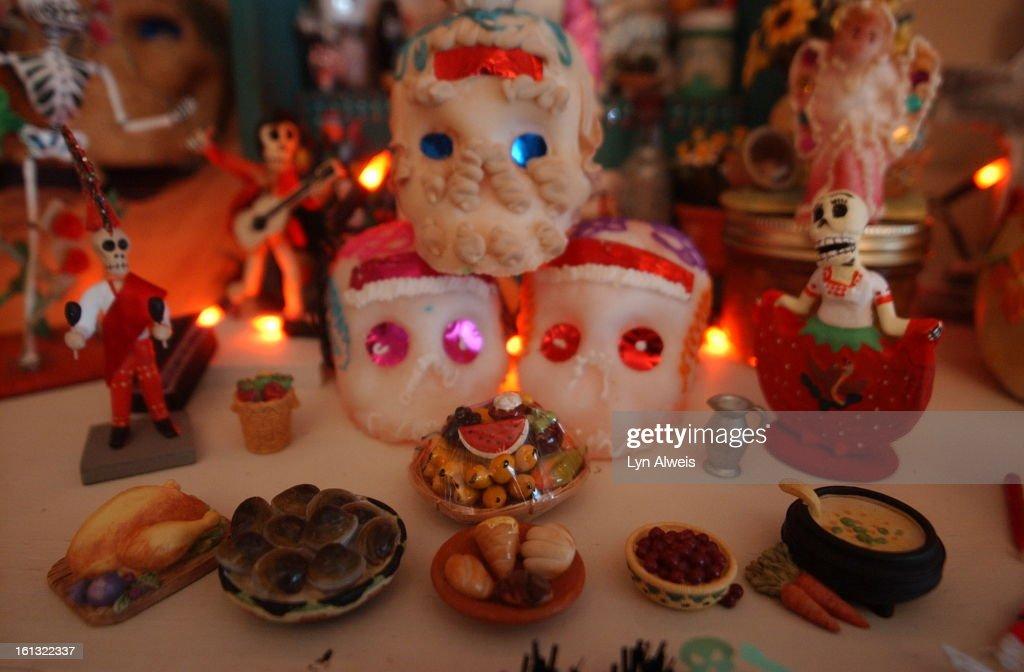 DENVER,COLORADO-October 16,2003-Florence Hernandez-Ramos <cq>has a large Day of the Dead altar in her living room. In the center of this photo are 3 calaveras<cq> de azucar<cq> or sugar skulls. (DENVER POST PHOTO BY LYN ALWEIS) 303-433-3758 : Fotografía de noticias