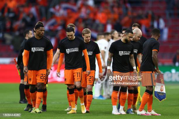"""Denzel Dumfries , Steven Berghuis , Frenkie de Jong, and Memphis Depay of Netherlands are seen wearing """"Football Supports Change"""" t-shirts prior to..."""