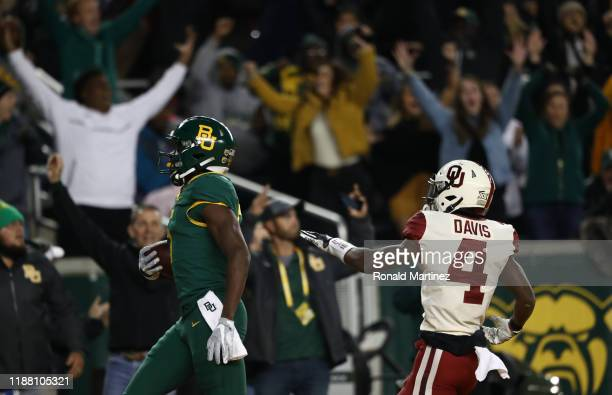 Denzel Mims of the Baylor Bears makes a touchdown pass reception against Jaden Davis of the Oklahoma Sooners in the first half at McLane Stadium on...