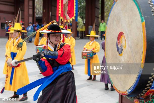 deoksugung palace royal guard-changing ceremony - south korea stock pictures, royalty-free photos & images