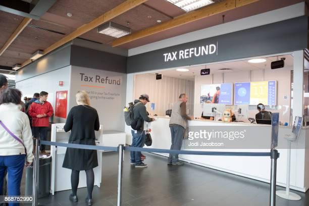 partem os turistas no balcão de reembolso do iva imposto no aeroporto internacional de keflavík, islândia - devolver - fotografias e filmes do acervo