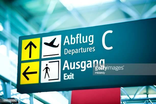 Abreise-board am Flughafen der Beschilderung der Ausfahrt