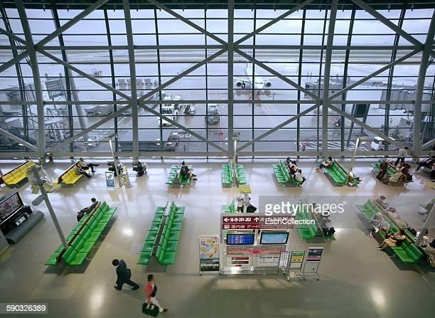 departure lounge at kansai airport, osaka, japan - internationaler flughafen kansai stock-fotos und bilder