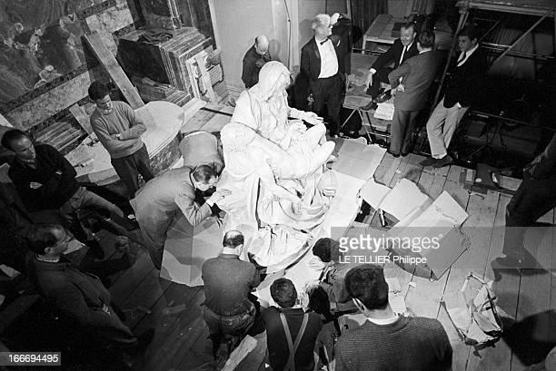 Departure Of The 'Pieta' By Michelangelo To The United States. En Avril 1964, en Italie, les préparatifs pour le transport de la Pieta de MICHEL-...
