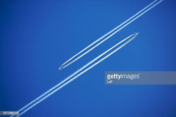 departures and arrivals - vliegtuigdamp stockfoto's en -beelden