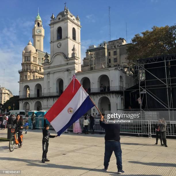 déploiement du drapeau paraguayen dans le centre-ville de buenos aires - paraguay photos et images de collection