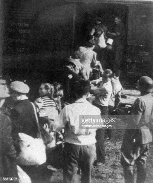 Deportation of polish jews in a concentration camp, Poland. Photography. 1944. [Holocaust: Deportation von polnischen Juden per Viehwaggon in ein...