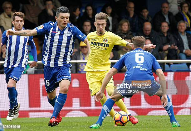 Deportivo Alaves' Colombian midfielder Daniel Torres vies with Villarreal's midfielder Samuel Castillejo during the Spanish league football match...