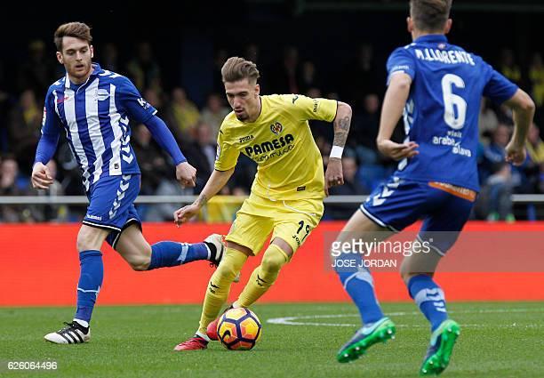 Deportivo Alaves' forward Ibai Gomez vies with Villarreal's midfielder Samuel Castillejo during the Spanish league football match Villarreal CF vs...
