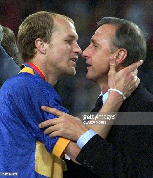 Deportivo Alaves' forward Jordi Cruyff kisses his father the soccer legend Johan Cruyff 16 May 2001 at Dortmund Westfalenstadion at the end of the...
