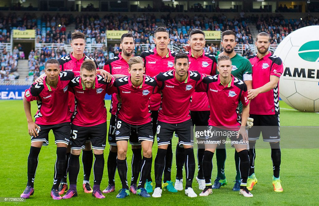 Deportivo Alaves line up for a team photo prior to the start the La Liga match between Real Sociedad de Futbol and Deportivo Alaves at Estadio Anoeta on October 22, 2016 in San Sebastian, Spain.