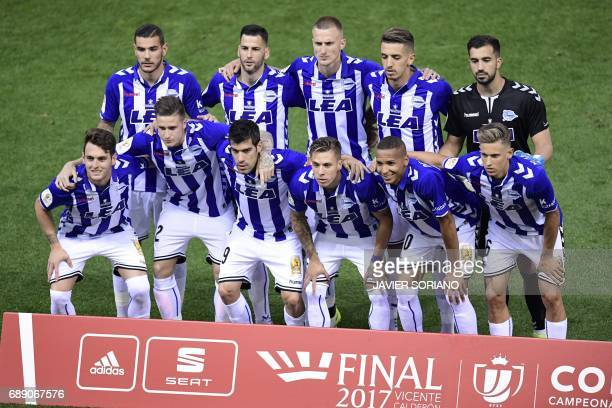 Deportivo Alaves' players pose before the Spanish Copa del Rey final football match FC Barcelona vs Deportivo Alaves at the Vicente Calderon stadium...