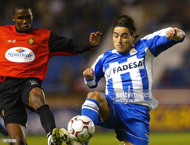Deportivo Coruna's Argentinian Aldo Pedro Duscher vies with Real Mallorca's Cameroonian Samuel Etoo during the Spanish league soccer match at Riazor...