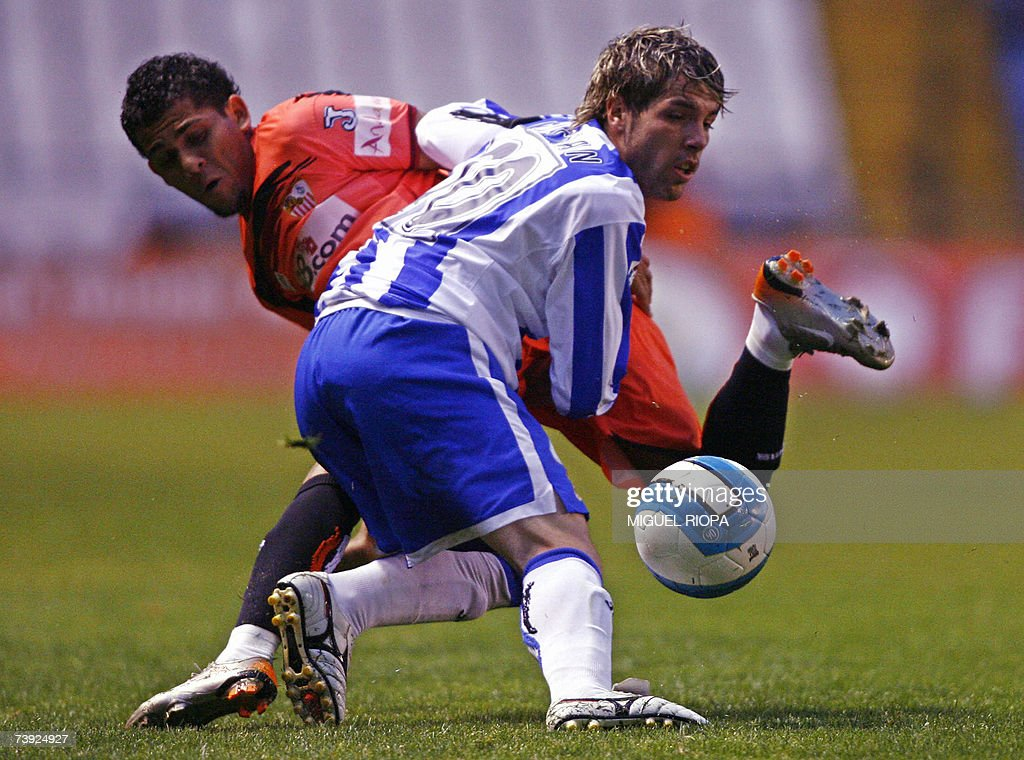 Deportivo Coruna?s Cristian Hidalgo (R) vies with Sevilla FC's Daniel Alves from Brazil during their King's Cup football match at the Riazor Stadium in Coruna, northwestern Spain, 19 April 2007. AFP PHOTO/ Miguel RIOPA