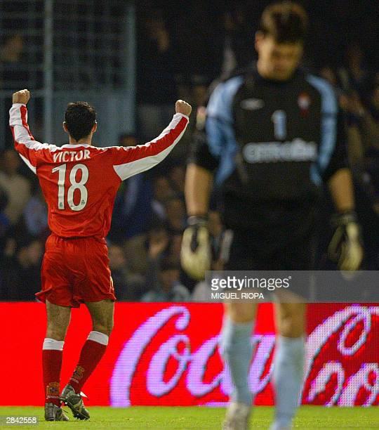 Deportivo Coruna's Victor Sanchez celebrates after scoring as Celta Vigo goalkeeper Argentinian Pablo Cavallero reacts in a Liga match at Balaidos...
