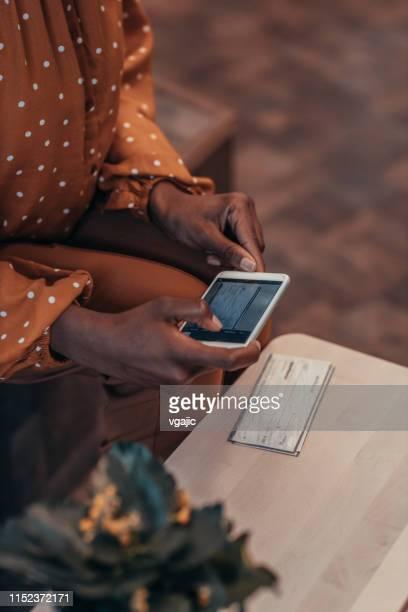 einzahlungs-check mit smartphone - einzahlungsbeleg stock-fotos und bilder
