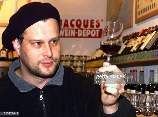 """Depotleiter Markus Pfeifer von """"Jacques' Weindepot"""" in Düsseldorf begutachtet am in seinem Laden einen Rotwein. Vor 25 Jahren gründeten Jacques Heon..."""