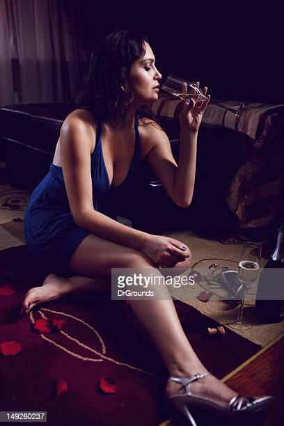 Vieillard déprimé belle Femme buvant du champagne dans la chambre uniquement