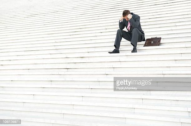Vieillard déprimé Homme d'affaires, assis à l'extérieur sur les marches, rendez-vous