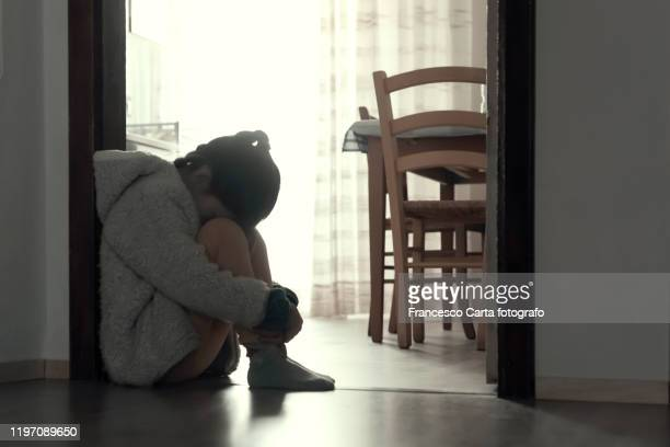 depressed  little girls - mishandeling stockfoto's en -beelden