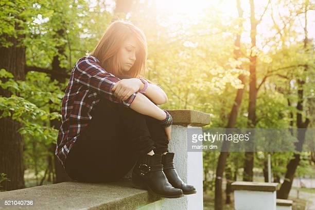 Uomo anziano depresso solitario adolescente nel parco