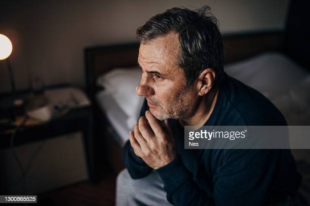 un uomo depresso a causa della solitudine - suicidio foto e immagini stock