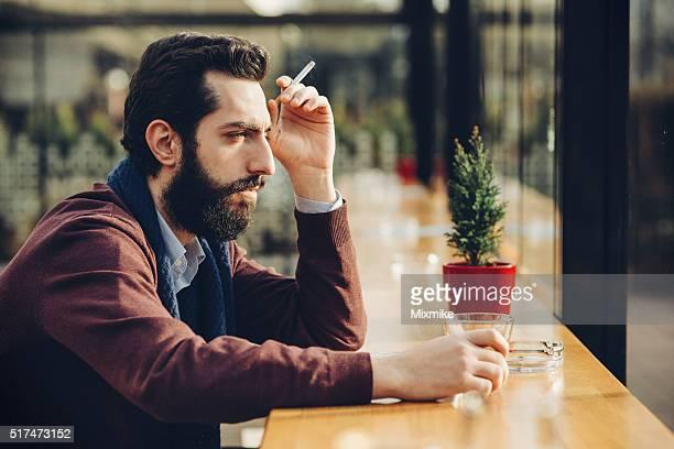 Ein deprimierter Mann in einem Café