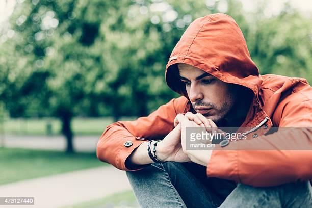 Ein deprimierter Mann im park