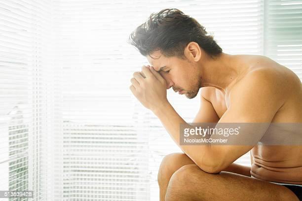 Maduro hombre deprimido japonés encorvada con dolor