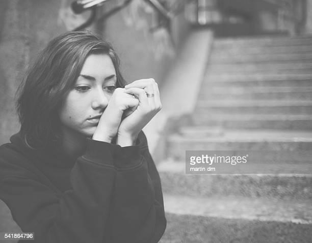 velho sozinho deprimido adolescente com sem expressão - morality - fotografias e filmes do acervo