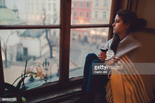 Depressive Frau sah durch das Fenster