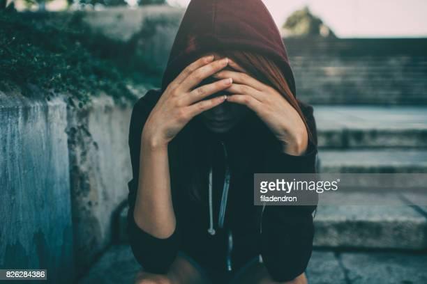 deprimido mulher  - mão no cabelo - fotografias e filmes do acervo