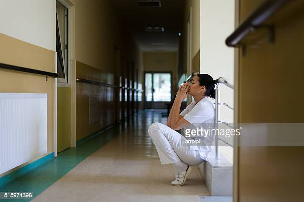 depressed young doctor - overwerkt stockfoto's en -beelden