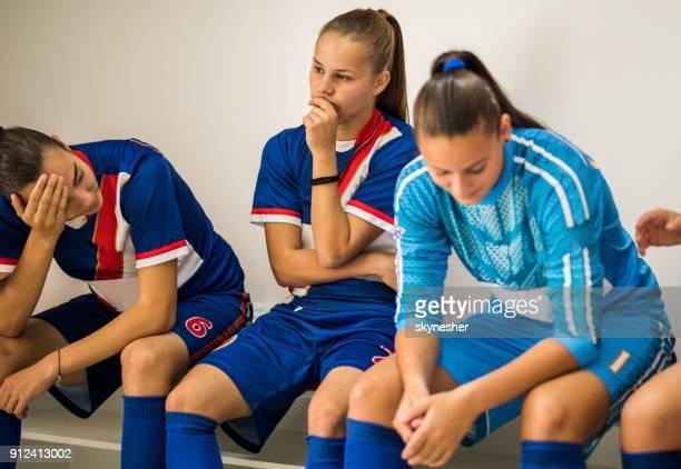 depression nach verlorenen match! - niederlage stock-fotos und bilder