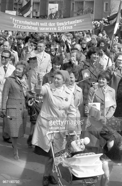 Der 1. Mai wird in der DDR alljährlich mit einer Demonstration in allen größeren Städten wie hier in Cottbus 1979 begangen. Die Menschen gehen mit...