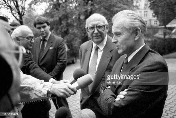 Der 1 Sekretär der SEDBezirksleitung Hans Modrow redet zur Begrüßung des Vorsitzenden der FDPBundestagsfraktion Wolfgang Mischnick der am zu einem...