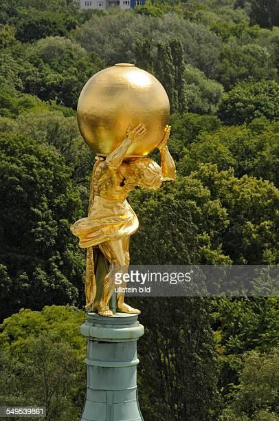 Der 2008 restauriete und mit 400 Gramm Blattgold neu vergoldete Atlas auf dem Alten Rathaus im Zentrum von Potsdam Die Bleifigur in Form des Atlas...