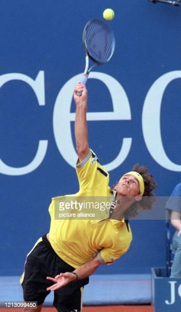 Der 21 Jahre alte brasilianische Tennis-Profi Gustavo Kuerten serviert am 25.7.98 beim ATP-Championship-Turnier auf dem Stuttgarter Weissenhof....