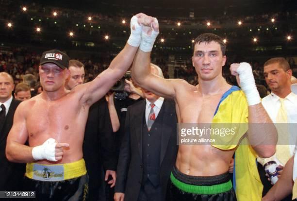 Der 23-jährige ukrainische Schwergewichtsboxer Wladimir Klitschko bejubelt am 25.9.1999 in der mit 18.000 Zuschauern ausverkauften KölnArena den...