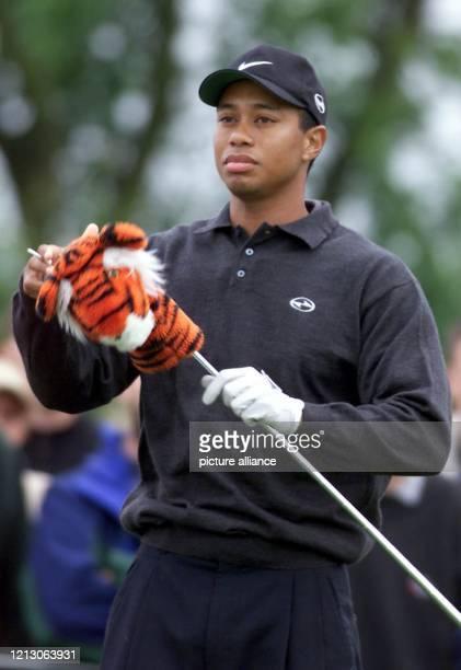 Der 23jährige USAmerikaner Tiger Woods nimmt am in StLeonRot beim mit 33 Millionen Mark dotierten PGATurnier Deutsche BankSAP Open im Rahmen der...
