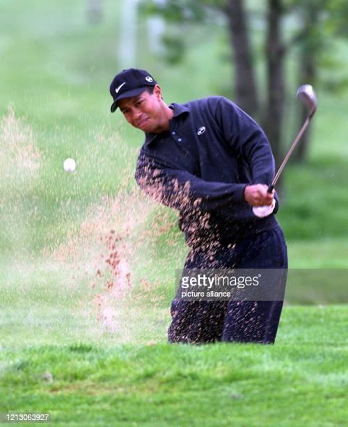 Der 23jährige USAmerikaner Tiger Woods schlägt am in StLeonRot beim mit 33 Millionen Mark dotierten PGATurnier Deutsche BankSAP Open im Rahmen der...