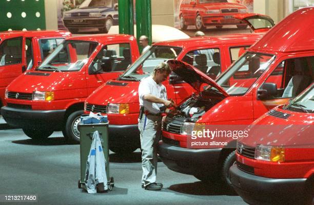 Der 35 Jahre Jahre alte Produkt-Techniker Torsten Fehder stellt am 1.9.1998 in der Volkswagen-Messehalle bei der IAA-Nutzfahrzeug-Messe in Hannover...