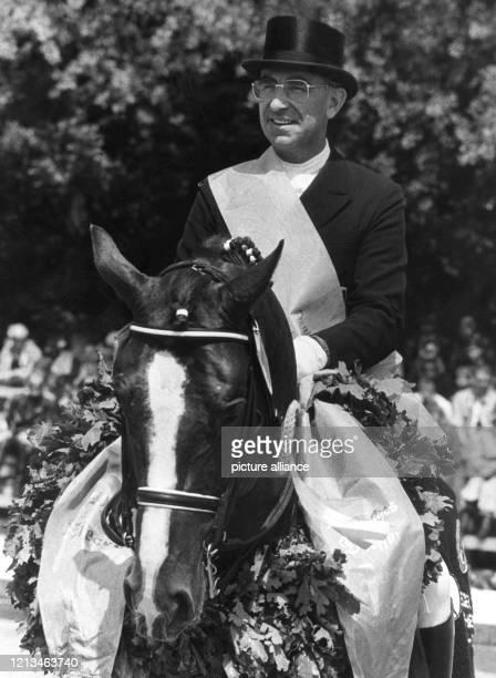 Der 51jährige deutsche Dressur-Reiter Dr. Reiner Klimke gewinnt am 14.6.1987 in Hamburg-Kleinflottbek zum 14. Male das Deutsche Dressur-Derby,...