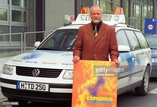 Der 57 Jahre alte Sicherheitschef der Expo 2000 Weltausstellungs-Gesellschaft, Wolfgang Schulz, steht am 8.9.1999 in Hannover vor einem Fahrzeug...