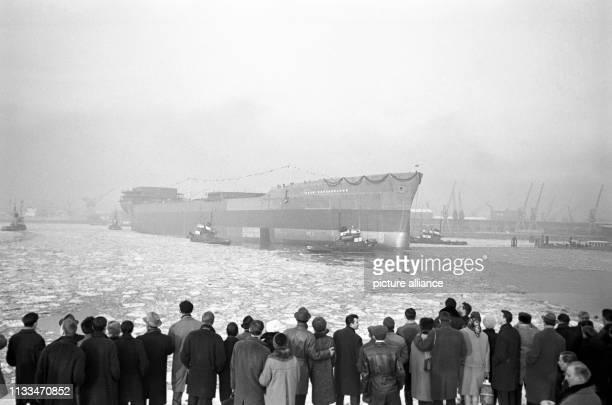 """Der 91 000 Tonnen tragende Supertanker """"Esso Deutschland"""" lief am unter dem Geheul der Thyphone aller im Hamburger Hafen liegenden Schiffe bei den..."""